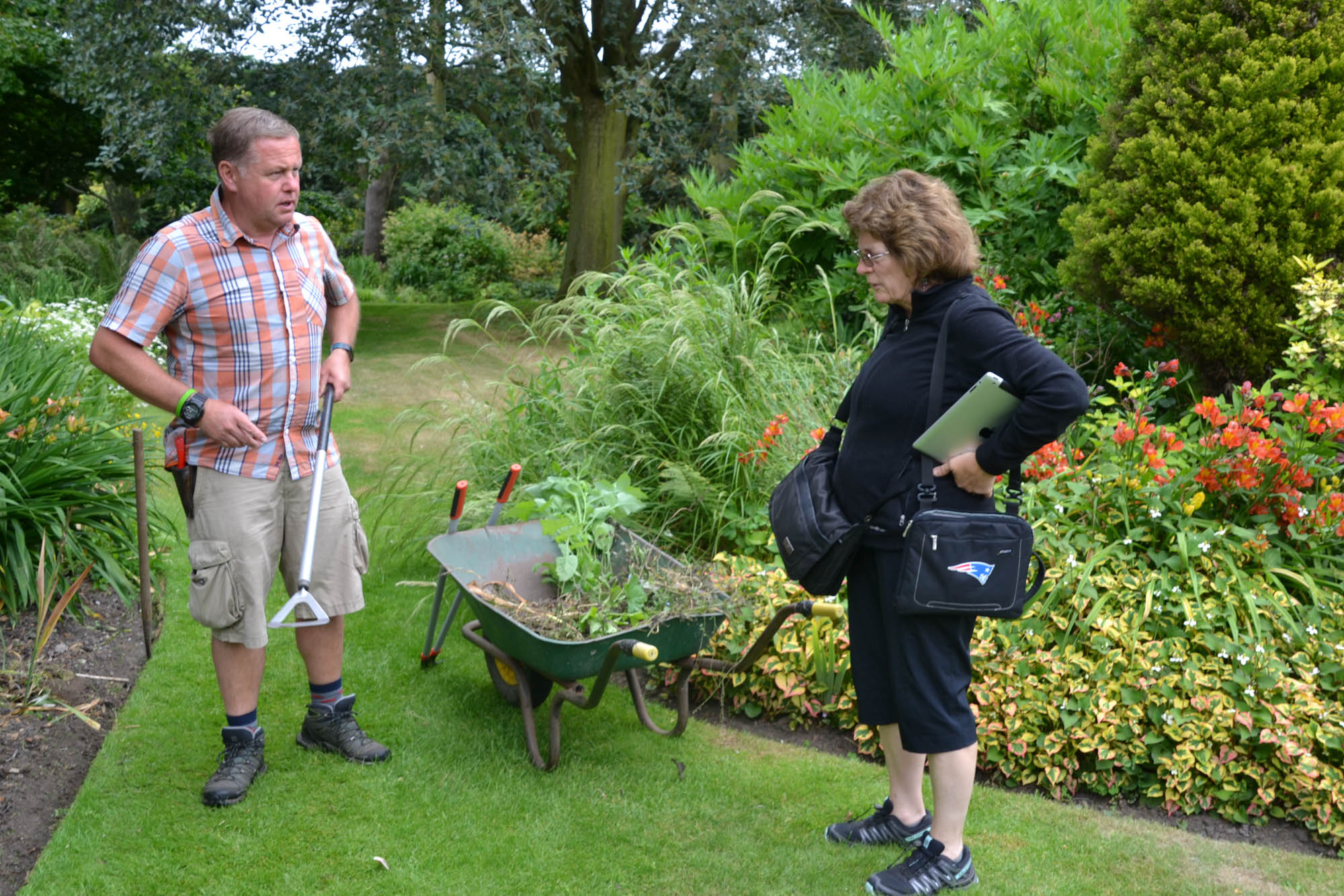 Woman asking gardener a question